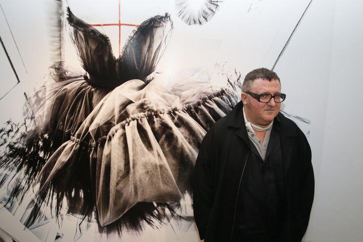 """Alber Elbaz lors de l'exposition """"Manifesto"""", septembre 2015 à Paris  (PATRICK KOVARIK / AFP)"""