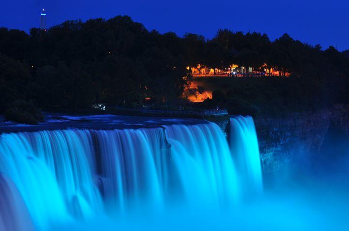 Les chutes du Niagara (Etats-Unis) ont été illuminées de bleu à l'annonce de la naissance du Royal Baby, un garçon, le 22 juillet 2013. (JOHN NORMILE / GETTY IMAGES NORTH AMERICA)