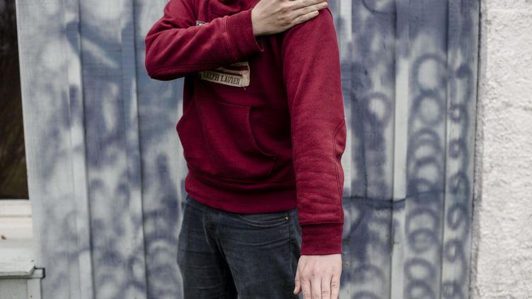 """Un homme effectuant une """"quenelle"""", le geste controversé popularisé par Dieudonné (photo d'illustration). (MAXPPP)"""
