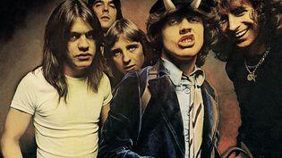"""La pochette de l'album """"Highway to Hell"""", avec Angus Young arborant les célèbres cornes et queue du diable. (Atlantic Records)"""
