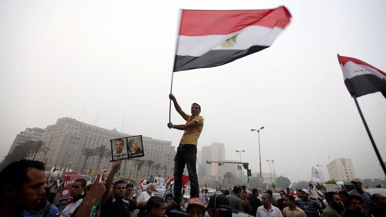Des partisans du candidat des Frères musulmans,Mohammed Morsi, clament sa victoire sur la célèbre Place Tahrir, au Caire (Egypte), le lundi 18 juin 2012. (PATRICK BAZ / AFP)