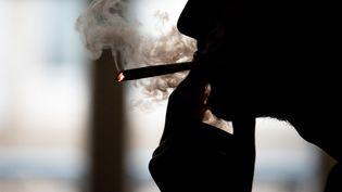 Malgré une législation répressive (la consommation, la possession et la vente sont interdits en France), le cannabis est de loin le produit illicite le plus consommé dans l'Hexagone. (ROMAIN LONGIERAS / HANS LUCAS / AFP)