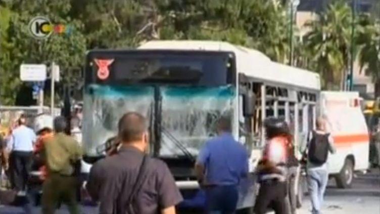 Un bus a été la cible d'une attentat à la bombe à Tel-Aviv (Israël)le 21 novembre 2012. (FRANCETV INFO / REUTERS)