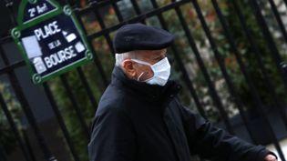 Un homme porte un masque contre le coronavirus Covid-19 à Paris, le 10 mars 2020. (MEHDI TAAMALLAH / NURPHOTO / AFP)