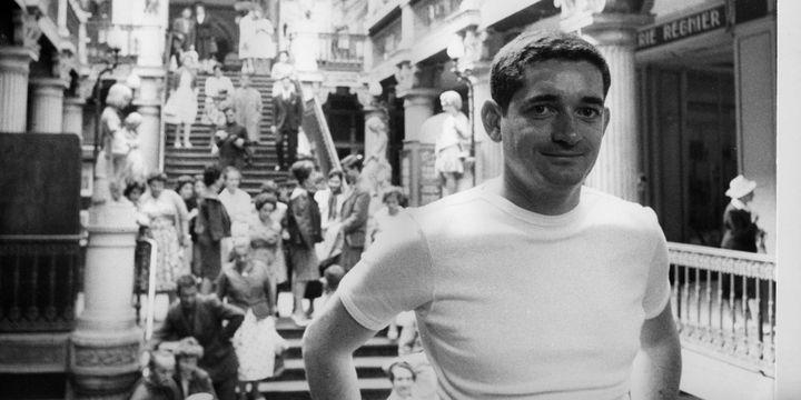 """Jacques Demy, photographié par Agnès Vardasur le tournage de """"Lola"""", passage Pommeraye, à Nantes, en 1960  (Agnès Varda)"""