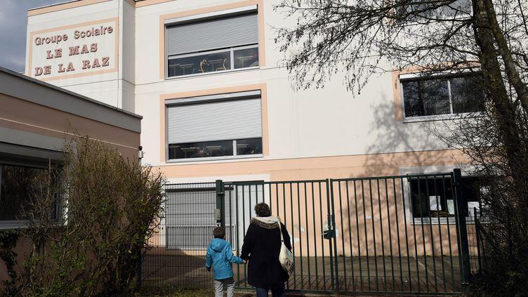 Le groupe scolaire Le Mas de la Raz à Villefontaine (Isère), dont l'ex-directeurest poursuivi pour viols sur ses élèves, le 24 mars 2015. (PHILIPPE DESMAZES / AFP)