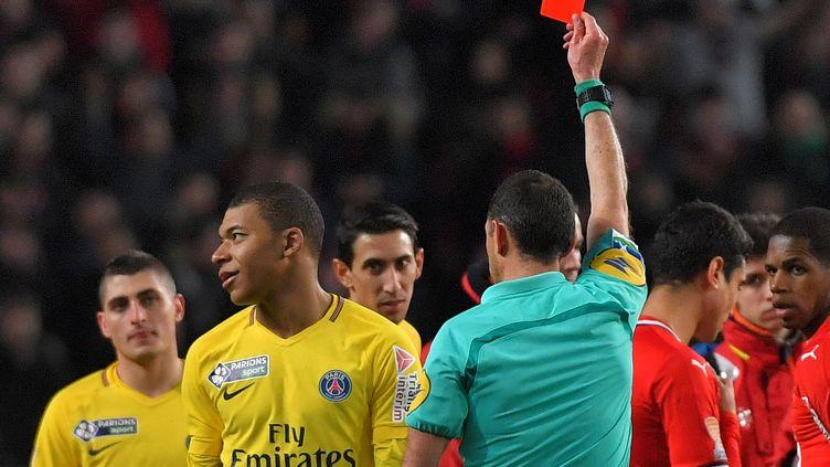 Le joueur Kylian Mbappé se voit infliger un carton rouge lors du match PSG-Rennes le 30 janvier 2018 à Rennes (Ile-et-Vilaine). (LOIC VENANCE / AFP)