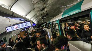 Le RER A très perturbé, le 31 octobre 2017, à Paris. (MAXPPP)