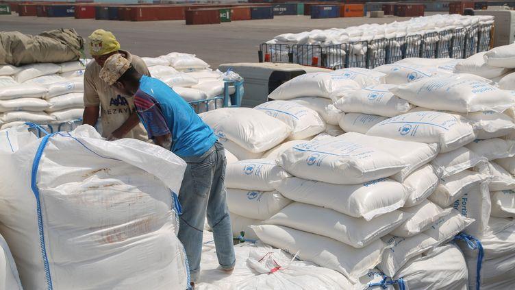 Des Yéménites reçoivent de l'aide du Programme alimentaire mondial de l'ONU, le 25 juin 2019, à Al-Hodeïda, au Yemen. (AFP)