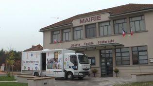 En Saône-et-Loire, un bus solidaire se rend à la rencontre des personnes touchées par la fracture numérique. (france 3)