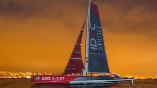 """Le maxi-trimaran """"Idec Sport"""" part de Brest pour battre le record du Trophée Jules Verne le 16 décembre 2016. (JEAN MARIE LIOT / JEAN MARIE LIOT / AFP)"""