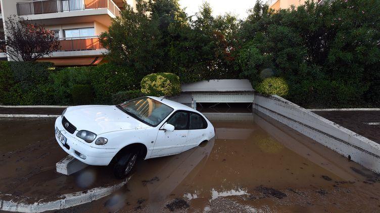 Une voiture emportée par les eaux dans une rue de Mandelieu-la-Napoule (Alpes-Maritimes), le 4 octobre 2015. (BORIS HORVAT / AFP)