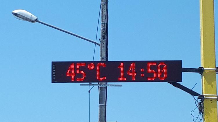Un affichage digital indique une température de 45°C àConflans-Ste-Honorine (Yvelines), le 26 juin 2019. (STÉPHANIE BERLU / FRANCE-INFO)