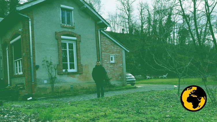 Emmanuel Feyeux devant sa maison à Ternand (Rhône), en janvier 2019. (DR)