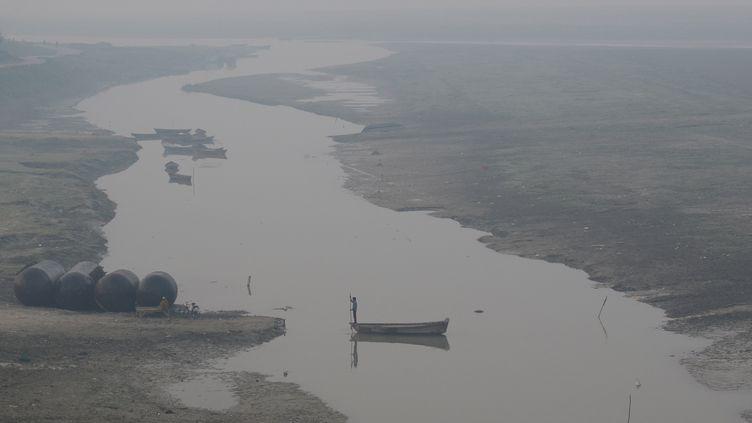 Un batelier traverse le Gange à Allahabad (Inde), le 1er novembe 2016. (RITESH SHUKLA / NURPHOTO / AFP)