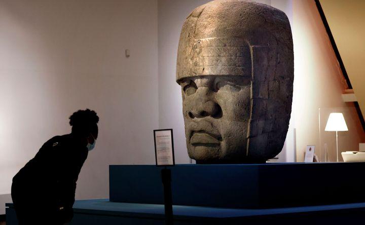 Tête colossale n°4, site de San Lorenzo Tenochtitlan, Etat du Veracruz, Mexique, basalte, Museo de Antropologia de Xalapa, exposée au musée du Quai Branly dans le cadre de l'exposition Les Olmèques et les cultures du golfe du Mexique (photo THOMAS COEX / AFP)