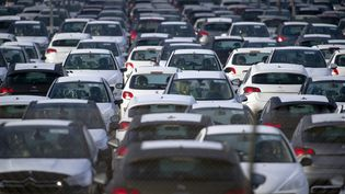 Des voitures garées sur le parking du site PSA Peugeot Citroën de Mulhouse, le 27 octobre 2011. (SEBASTIEN BOZON/AFP)