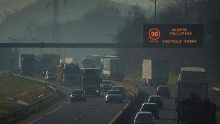 Autoroute A47, près de Lyon, le 5 décembre 2016. (JEAN-PHILIPPE KSIAZEK / AFP)