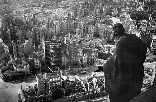Photo très connue de la vieille ville de Dresde après les bombardements alliés du 13 et 14 février 1945. (WALTER HAHN - SLUB DRESDEN DEUTSCHE FOTOTHEK - AFP)
