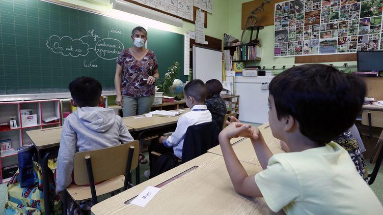 Des élèves dans une classe élémentaire à l'écoleVictor-Schoelcher à Montpellier (Hérault), le 1er septembre 2020. (GUILLAUME HORCAJUELO / EPA / MAXPPP)