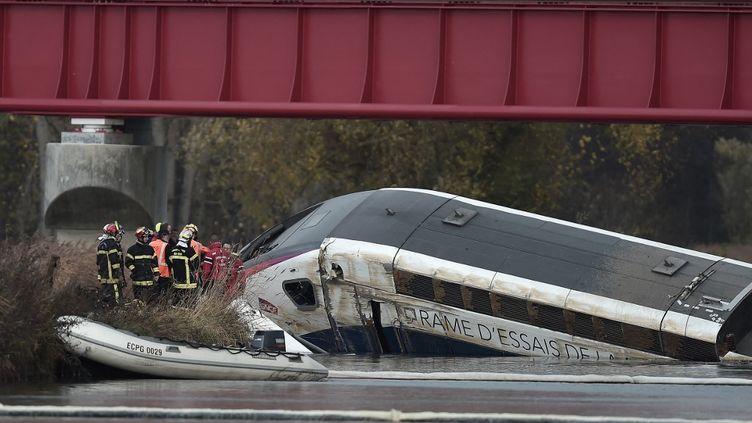 L'accident ferroviaire d'Eckwersheim (Bas-Rhin) le 14 novembre 2015 a fait 11 morts. (FREDERICK FLORIN / AFP)