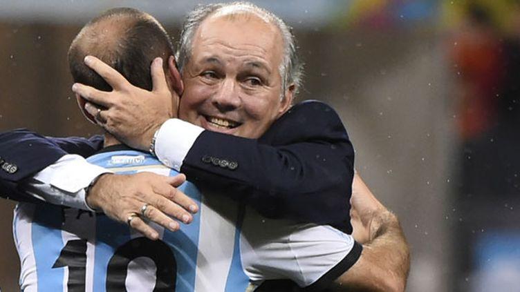 L'étreinte entre Sabella et Palacio après la qualification de l'Argentine en finale du Mondial 2014.