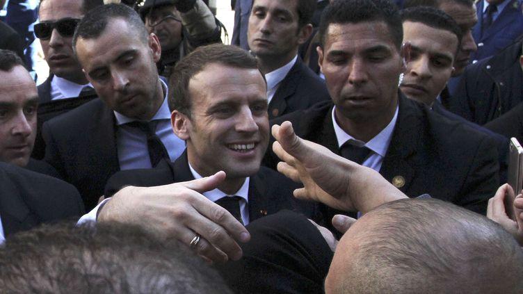 Emmanuel Macron serrent des mains lors d'uen déambulation dansles rues d'Alger (Algérie), le 6 décembre 2017  (ANIS BELGHOUL / AP / SIPA)