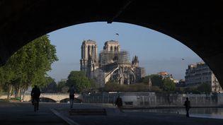 La cathédrale Notre-Dame de Paris vue depuis les quais, le 17 avril 2019, deux jours après le violent incendie qui a ravagé le monument. (ERIC FEFERBERG / AFP)
