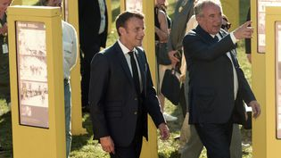 Emmanuel Macron et François Bayrou pendant le Tour de France à Pau, le 19 juillet 2019. (IROZ GAIZKA / AFP)