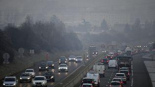 Un bouchon à Lyon (Rhône) lors d'un épisode de pollution, le 24 janvier 2017. (PHILIPPE DESMAZES / AFP)