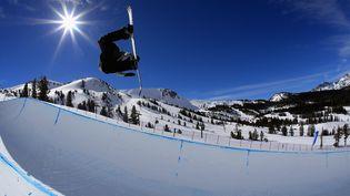 Le snowboarder américain Jake Pates durant une épreuve de la Coupe du monde de snowboard en janvier 2017. (SEAN M. HAFFEY / GETTY IMAGES NORTH AMERICA)