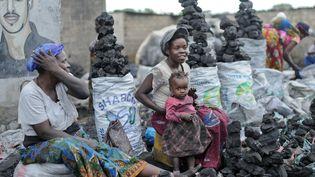 Deux femmes vendent du charbon de bois sur le marché de Lusaka en Zambie, le 9 mars 2016. (BRITTA PEDERSEN / ZB)