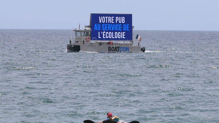 Un bâteau publicitaire à Fréjus (Var) le 1er juin 2021. (MAXPPP)