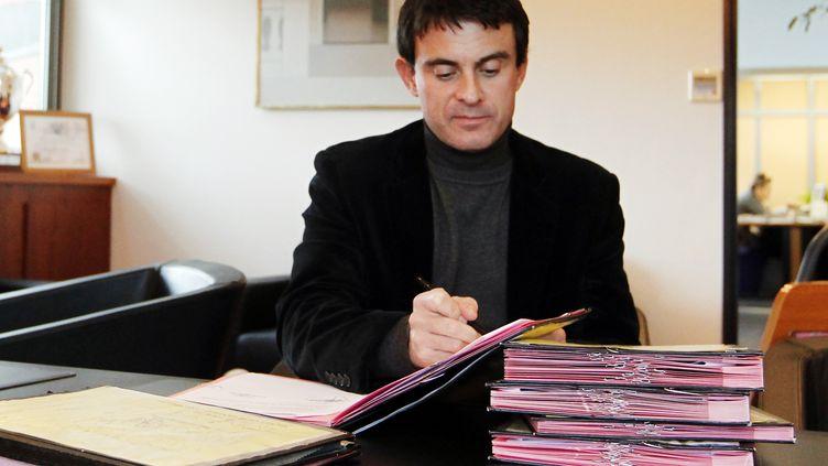 Manuel Valls dans son bureau de la mairie d'Évry (Essonne), le 10 décembre 2010 (JOEL SAGET / AFP)