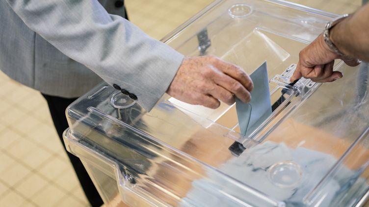 Un bureau de vote dans le 11e arrondissement de Paris, le 26 mai 2019, lors des élections européennes. (DENIS MEYER / HANS LUCAS / AFP)