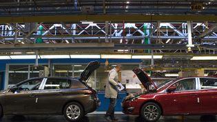 Une ligne d'assemblage dans l'usine PSA de Sochaux (Doubs), le 6 mars 2014. (SEBASTIEN BOZON / AFP)