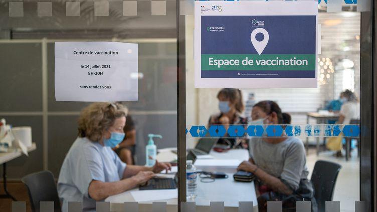 Une opération éphémère de vaccination à la gare de Perpignan (Pyrénées-Orientales), le 14 juillet 2021. (JEANNE MERCIER / HANS LUCAS / AFP)