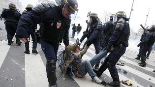 Des CRS interpellent un manifestant, le 29 novembre 2015, près de la place de la République à Paris. (ERIC GAILLARD / REUTERS)