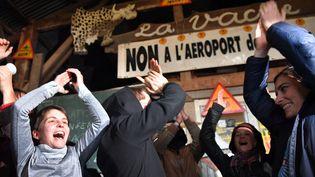 Des militants célèbrent la décision du gouvernement d'abandonner le projet d'aéroport, le 17 janvier 2018, sur la ZAD àNotre-Dame-des-Landes (Loire-Atlantique). (LOIC VENANCE / AFP)