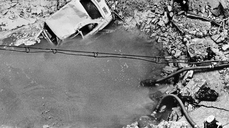 L'attentat contre le premier ministre de Franco, l'amiral Carrero Blanco, le 20 décembre 1973, a laissé un impressionnant cratère. La bombe avait été posée sous la chaussée au moyen d'un tunnel creusé à partir d'un immeuble adjacent. (EUROPA PRESS / AFP)