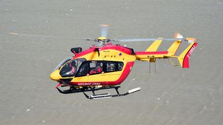 Un hélicoptère de la Sécurité civile, le 5 mai 2015, près duMont-Saint-Michel(Manche). (DAMIEN MEYER / AFP)