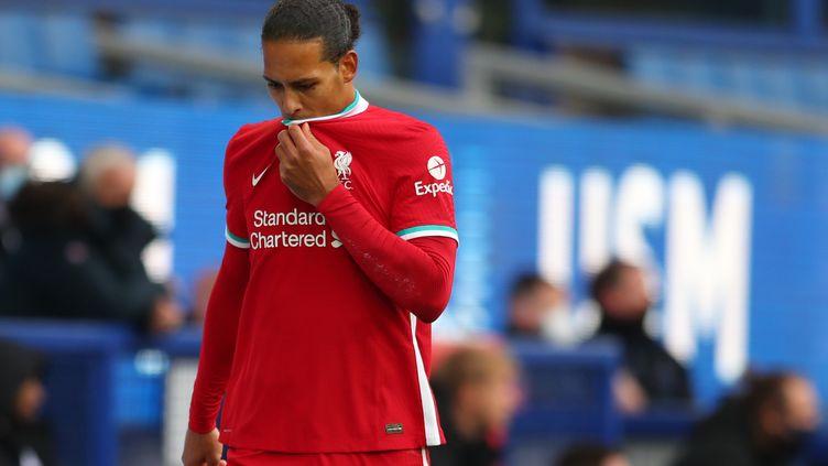 Virgil Van Dijk quitte le terrain sa blessure, samedi, contre Everton. (CATHERINE IVILL / POOL)