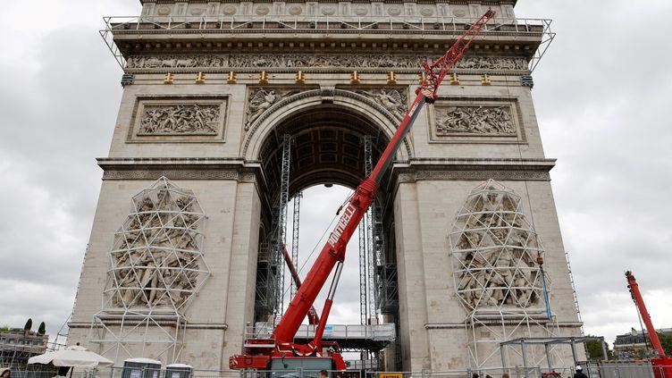 Les sculptures de l'Arc de Triomphe sont protégées afin qu'elles ne soient pas âbimées par l'empaquetage du monument. (LUDOVIC MARIN / AFP)