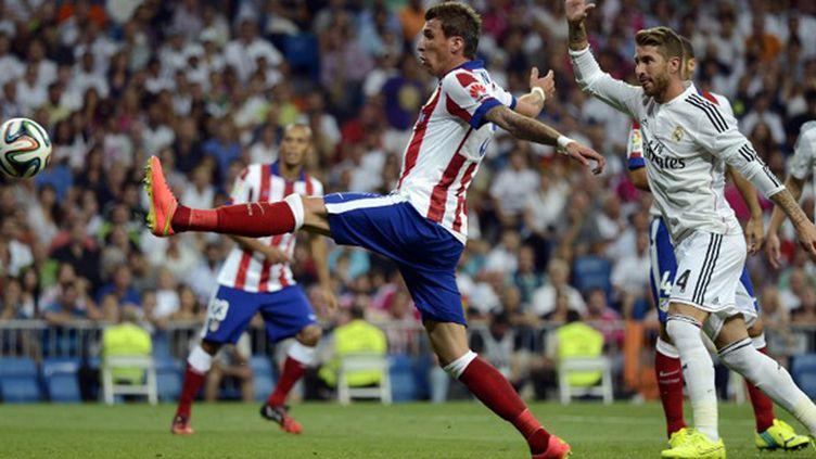 Mario Mandzukic (Atletico Madrid) devance Sergio Ramos (Real Madrid) (EVRIM AYDIN / ANADOLU AGENCY)