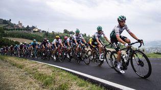 Les coureurs lors de la troisième étape du Tour d'Italie, vers Canale le 10 mai 2021. (MARCO BERTORELLO / AFP)