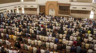 Les fidèles prient dans une mosquées à Khartoum, le 17 avril 2020.  (MAHMOUD HJAJ / AFP)