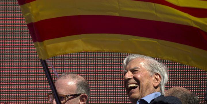 Mario Vargas Llosa dimanche 8 octobre à Barcelone lors de la manifestation contre l'indépendance de la Catalogne.  (JORGE GUERRERO / AFP)