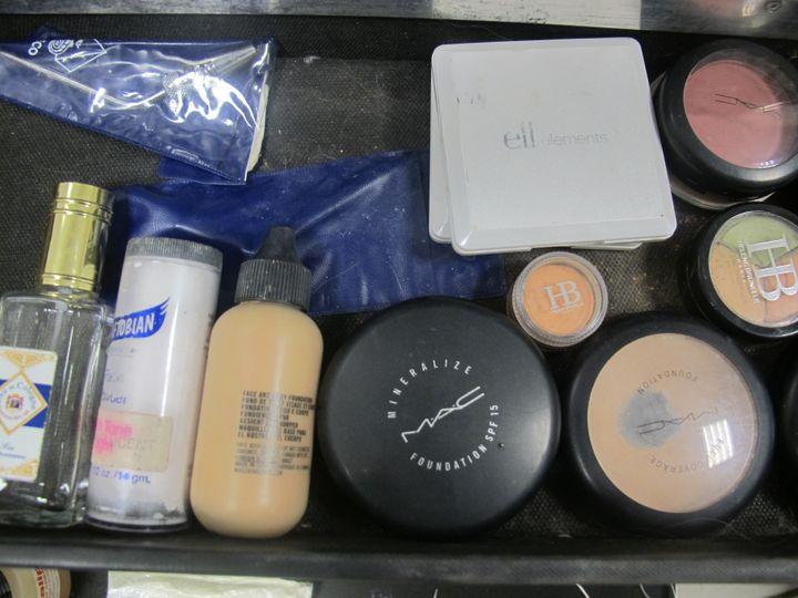 Du fond de teint, du blush, du rouge à lèvres pour le maquillage d'une défunte. (ELISE LAMBERT/FRANCETV INFO)