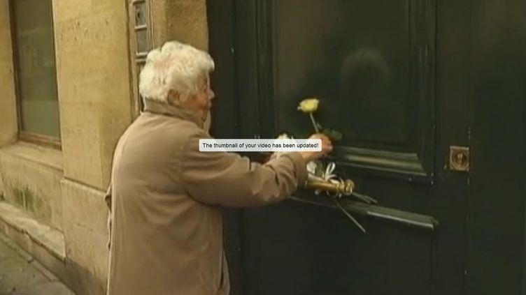 Des voisins de Danielle Mitterrand sont venus déposer des fleurs devant son domicile rue de Bièvre, à Paris, le 22 novembre 2011. (FTVi / FRANCE 2)