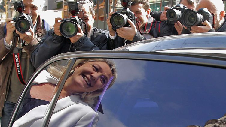 Le reflet de Marine Le Pen, présidente du FN, dans la vitre de sa voiture, le 19 mars 2014 à Nice (Alpes-Maritimes). (LIONEL CIRONNEAU / AP / SIPA)